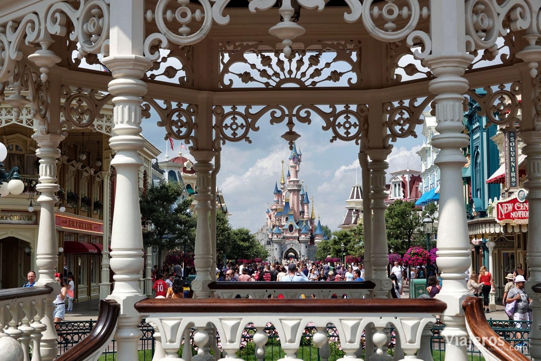 Vista del Castillo de la Bella Durmiente desde la entrada a Disneyland