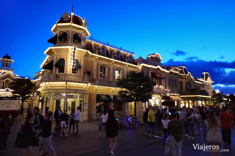 Calle principal (Main Street) en Disneyland París al anochecer