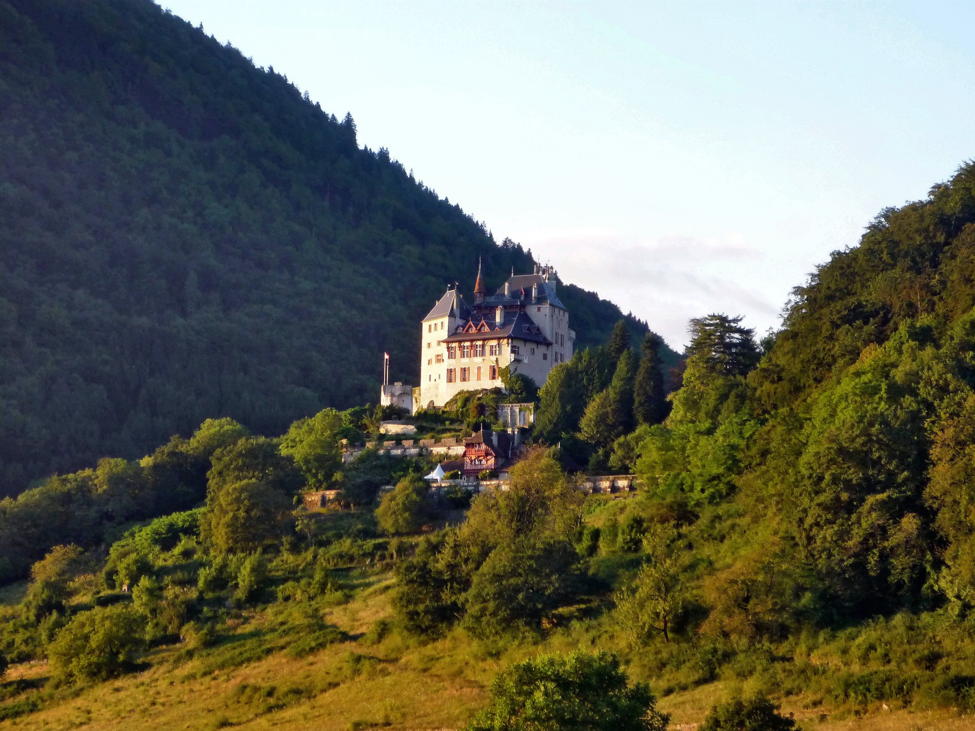 que-ver-en-annecy-castillo-menthon-saint-bernard